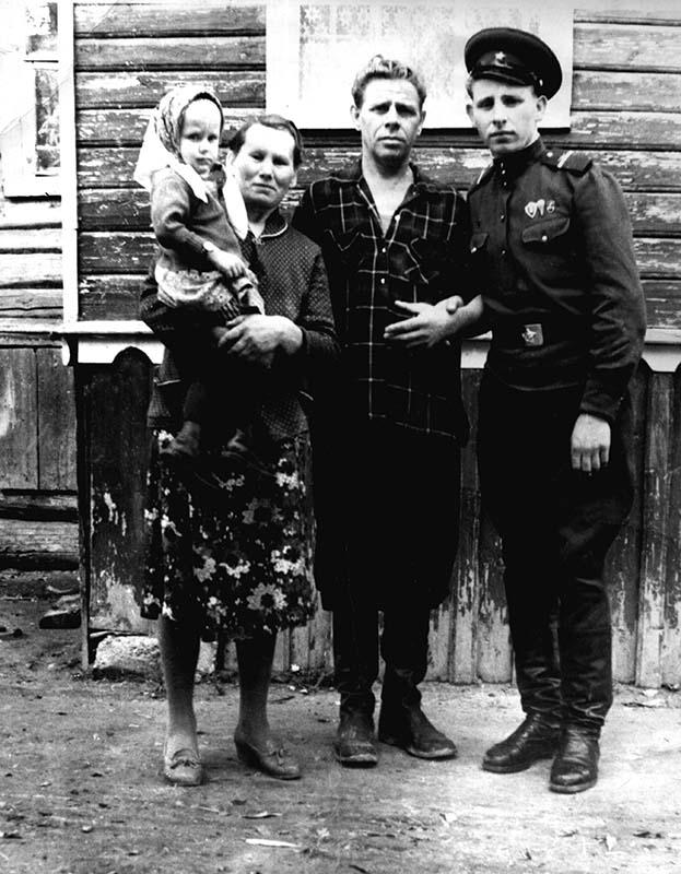 Фото начало 1960-х. Белов Александр Петрович с женой Антониной Ивановной (на руках внучка Татьяна) и сыном Вячеславом